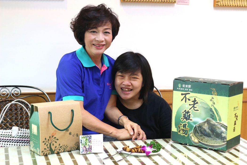 嘉義市再耕園「東來寶藝文餐廳」是身心障礙者庇護機構,餐廳老闆呂翠峰(左)感念她的...