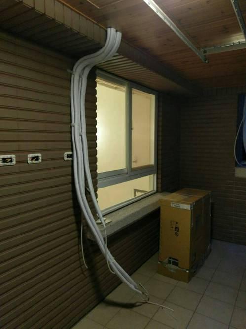 比較講究的施工,冷媒銅管無論設在室內外,都會加纏1層無黏性膠布,多1道保護可延長...