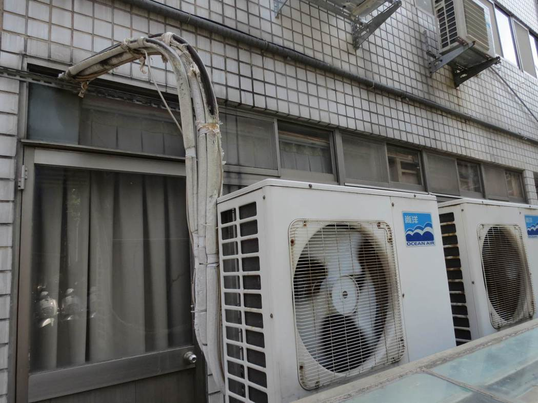 冷氣室外機經常設在樓房後側外牆,除非室內機不冷了,一般人較少會去檢查室外機,冷媒...