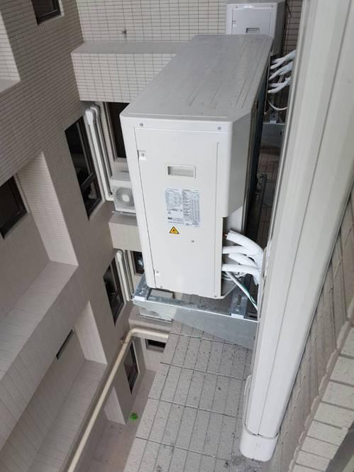 較講究的施工,不但冷媒銅管加纏1層無黏性膠布,還會用專用PVC管槽外覆,多2道保...
