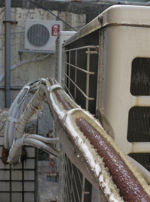 冷媒銅管運作時溫度極低,但因保溫層破損,接觸到外部高溫之後凝結水珠。 記者林昭彰...