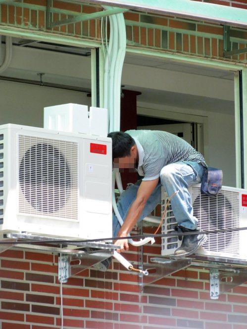 不少房屋並未設計冷氣室外機設置空間,技師因此常需攀爬在大樓外牆,施工不易。如果是...