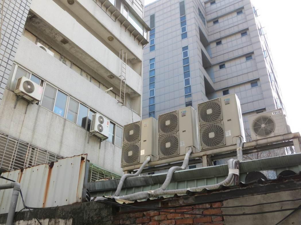 分離式冷氣機室外機經常都放在樓房後側外牆,一般人較少會去檢查。 記者林昭彰/攝影