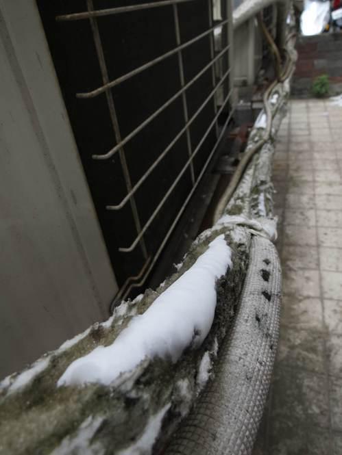 冷媒銅管運作時溫度極低,但因保溫層破損,接觸到外部高溫之後,溫差凝結水珠,甚至還...