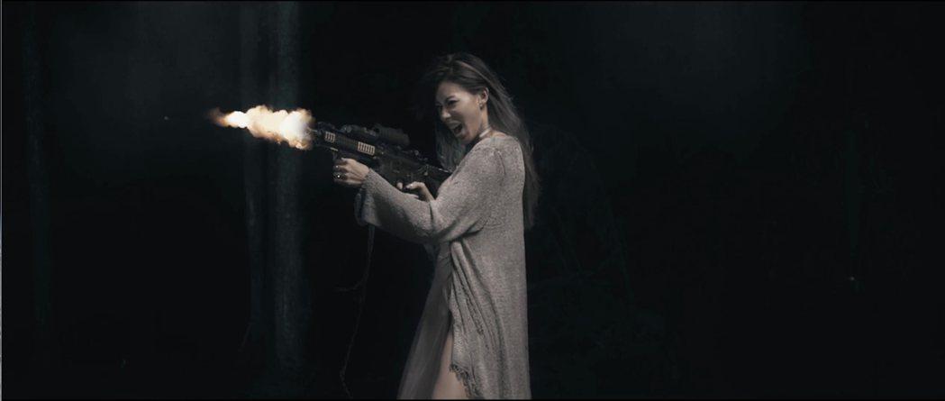 新婚Dizzy Dizzo蔡詩芸在新歌MV手拿機關槍掃射。圖/混血兒娛樂提供
