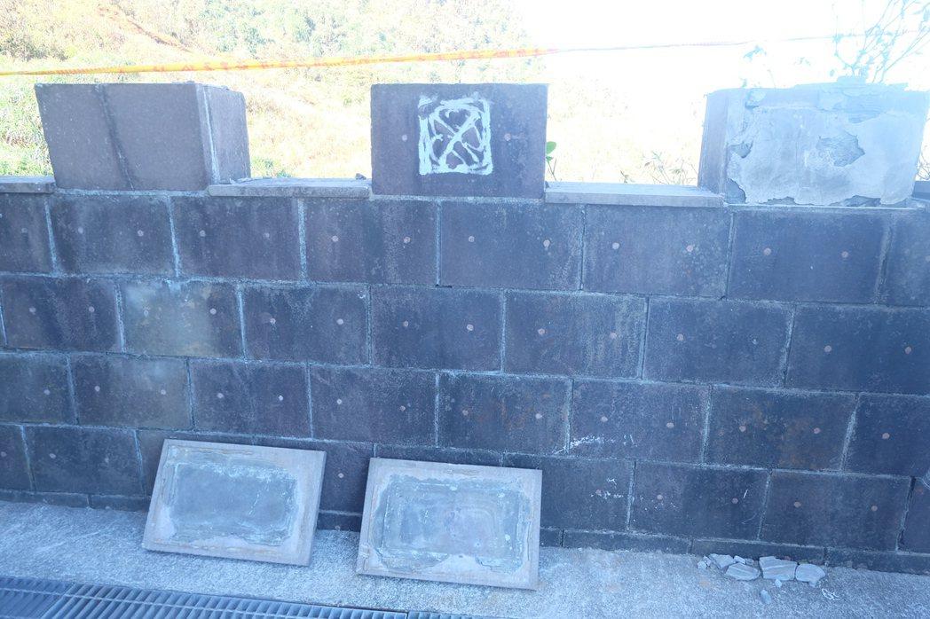鼻頭國小校園內的圍牆,不耐遊客攀爬而損壞。記者張芮瑜/攝影