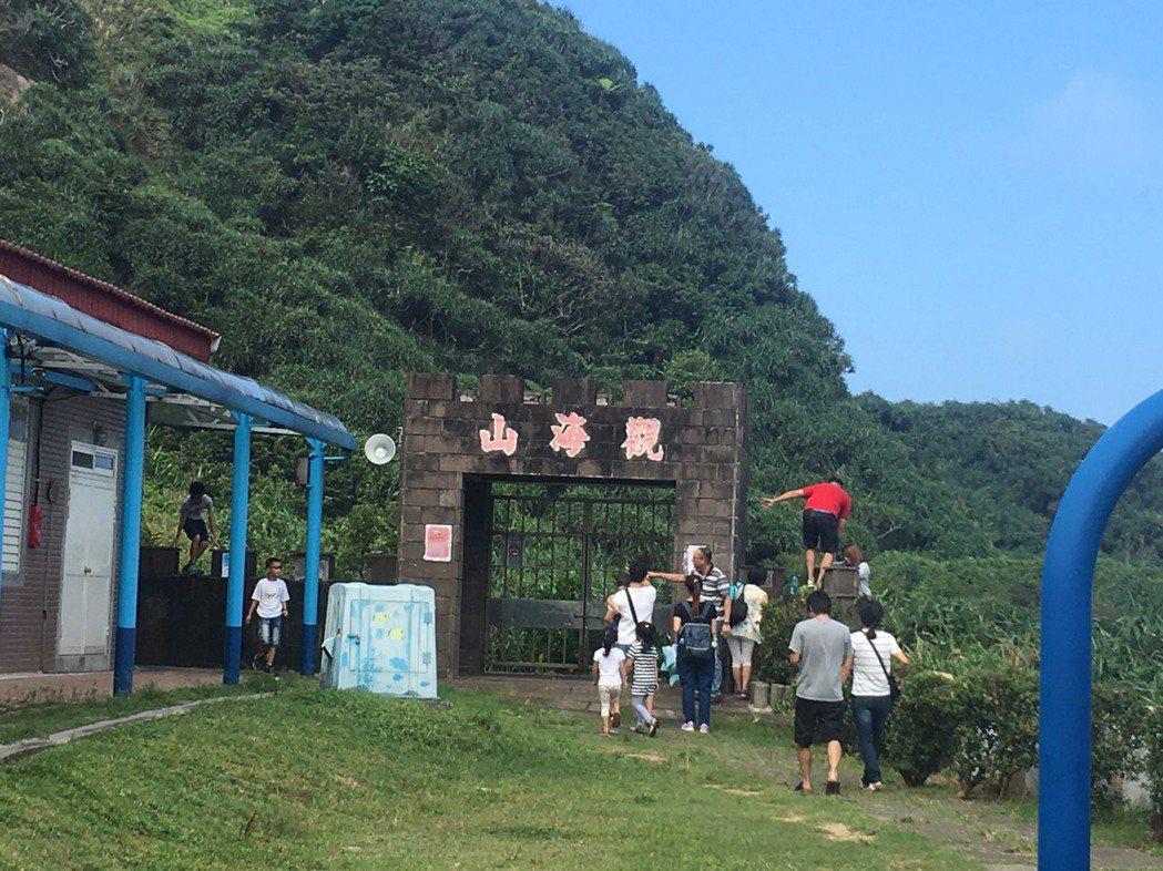 每到周末假日,上百名遊客接連攀爬圍牆闖入步道,只為一睹鼻頭角山海美景。記者張芮瑜...