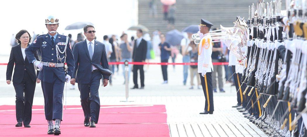 蔡英文(左)總統上午在宏都拉斯共和國葉南德茲總統(左三)伉儷訪華軍禮歡迎儀式中,...