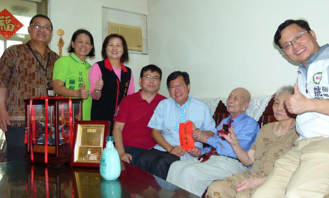 葉峰(右3)今年滿百歲,桃園市長鄭文燦(右4)等人前往恭賀。記者鄭國樑/攝影