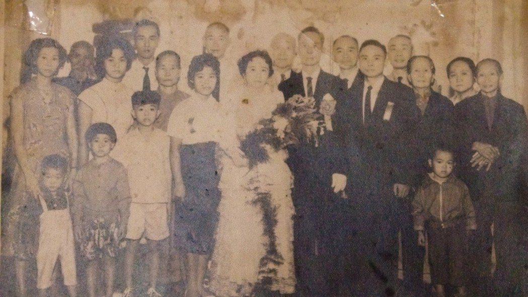 葉峰保有民國49年的結婚照。記者鄭國樑/翻攝