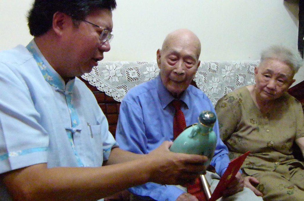 桃園市長鄭文燦(左起)致贈葉峰、林春友夫婦總統府紀念酒。記者鄭國樑/攝影