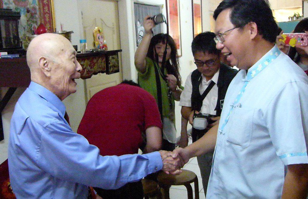 鄭文燦(右)一進來,葉峰(左)就笑著迎接。記者鄭國樑/攝影