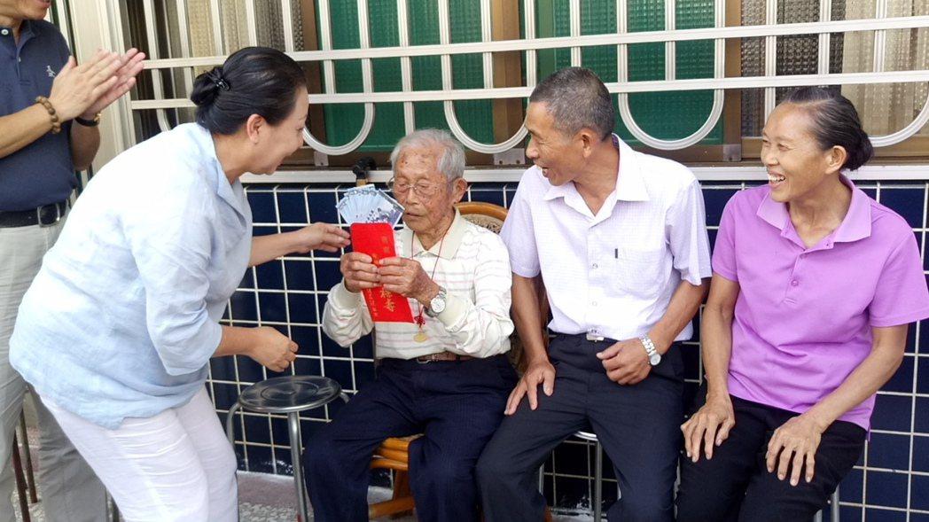 張花冠今天上午拜訪黃德成,特別送上9,000元禮金,祝福重陽節健康快樂。記者卜敏...