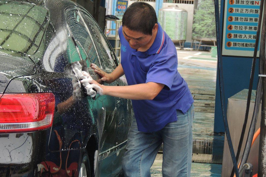 韓志祥說,喜歡把車洗乾淨的成就感,曾遇到友善的客人買水果、飲料請請客;也曾遇過態...