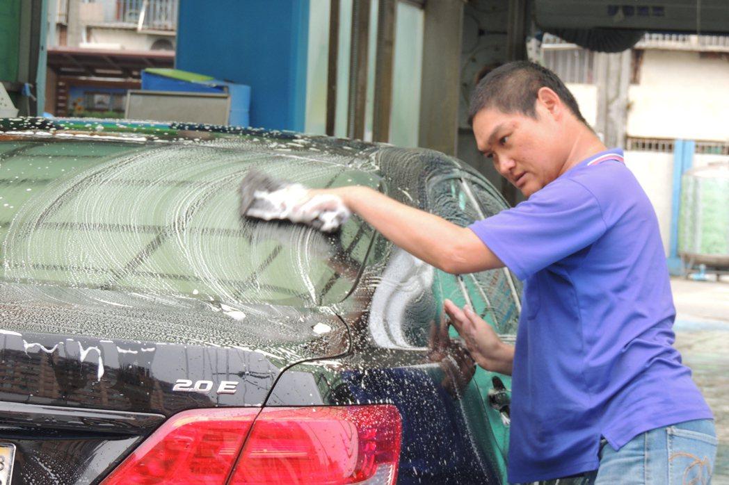 韓志祥說,目前假日要洗70輛車。記者張為竣/攝影