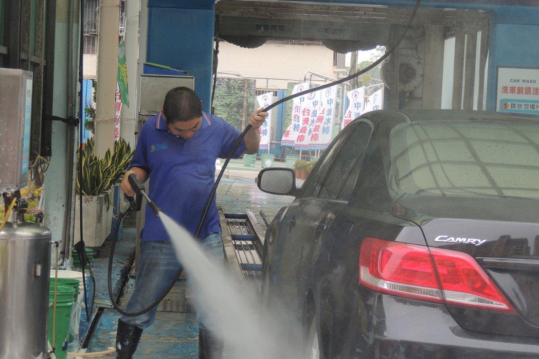 腦性麻痺患者韓志祥在中油高鳳加油站從事洗車工作,他說雖然辛苦,但很有成就感。記者...