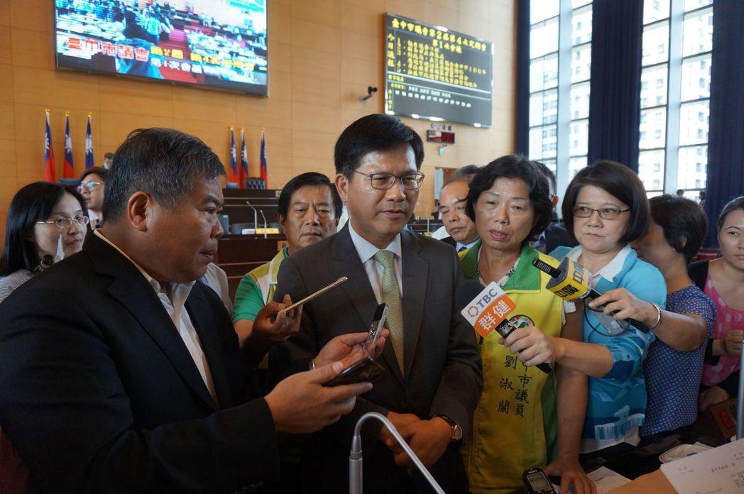 台中市議會定期會開議首日,藍綠再因民政局「里民長外套預算」爆衝突,最後人數不足流...