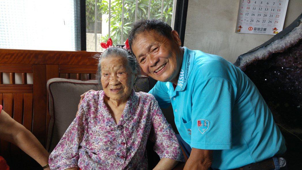 苗栗縣頭份市百歲人瑞陳賴靜妹(左起)與二兒子陳華興。記者翁浩然/攝影