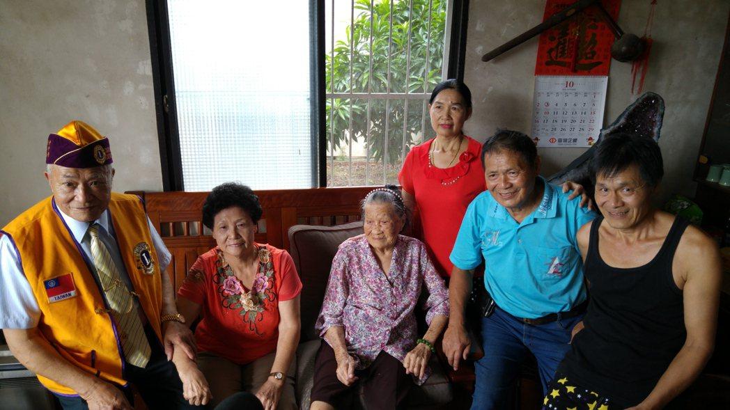 苗栗縣頭份市百歲人瑞陳賴靜妹(中)今天與子女齊聚一堂。記者翁浩然/攝影