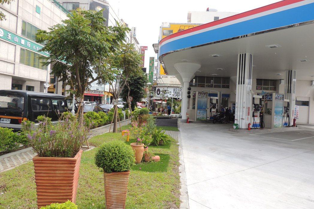 林森加油站改建,外型設計為鋼琴形狀,且不設圍牆,綠化占50%。記者張為竣/攝影