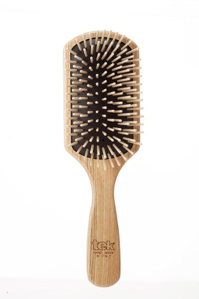 選擇大面積髮梳可照顧倒整個頭皮,讓梳頭成為護髮的一個重要步驟。 圖/juliAr...