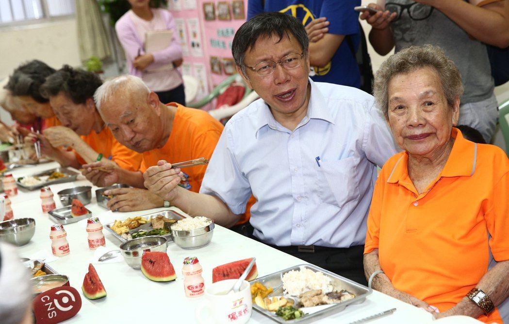 台北市長柯文哲(右二)中午前往萬華小德蘭堂與當地長者共餐話家常,他也特別感謝小德...