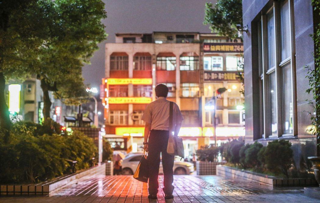 不少中高齡失業或領低薪,加上受到少子化衝擊,勞動部指出,台灣人口紅利逐步消失。記...