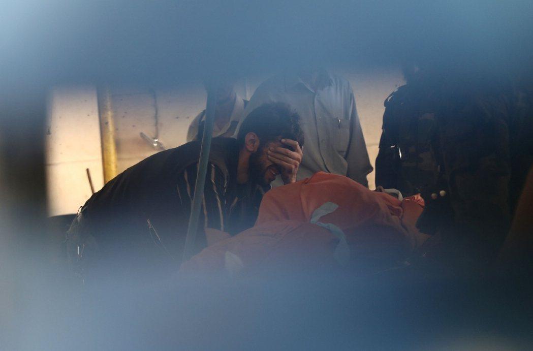 在大馬士革附近的反抗軍據點杜馬(Douma),一名男子在哀悼在政府軍空襲之中罹難...