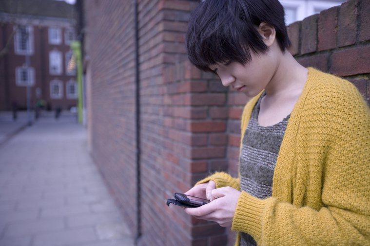 民眾每天使用手機時間長,眼科醫師發現,過度用眼不休息、眼睛不適不就醫對眼睛最傷,...