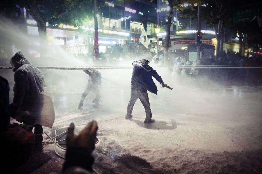 示威者白南基(圖中)遭水柱擊死的事件,在南韓社會持續發酵。 圖/國際特赦組織韓國...