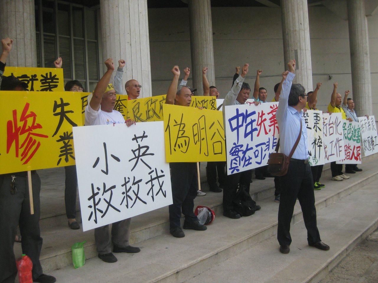 台化彰化廠員工已沒工作,現在自請勞工特休假,輪班到縣府抗議。記者簡慧珍/攝影