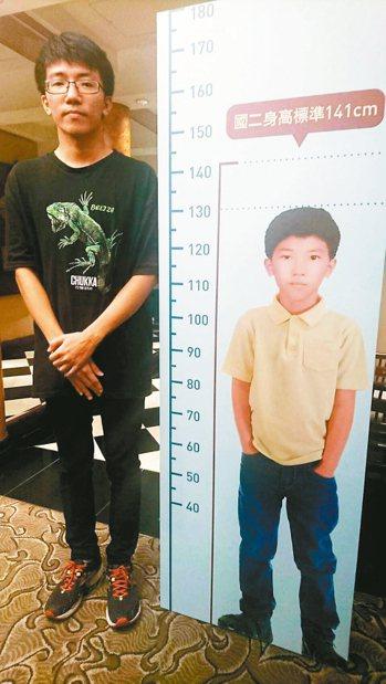 生長激素缺乏患者楊先生,治療後長高40公分。 記者劉嘉韻/攝影