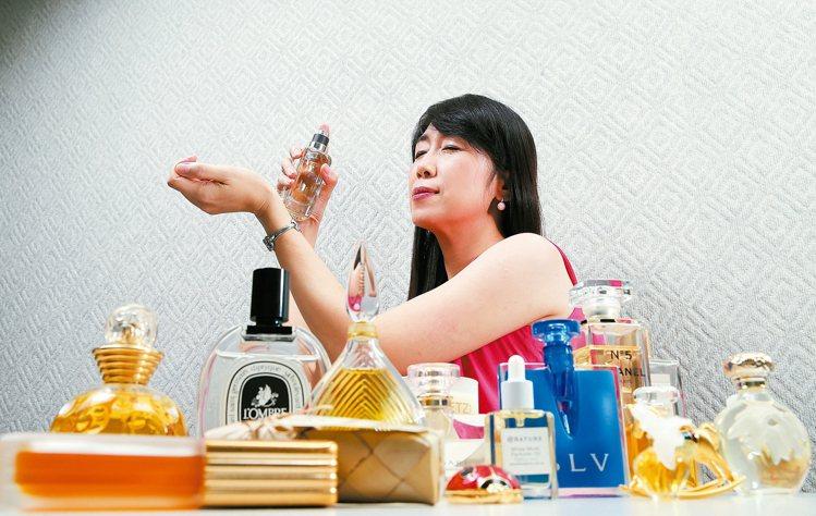 美妝達人盧介華,用香水收藏人生美好回憶。長相憶,瓶身華麗迷人。圖/記者許正宏攝影