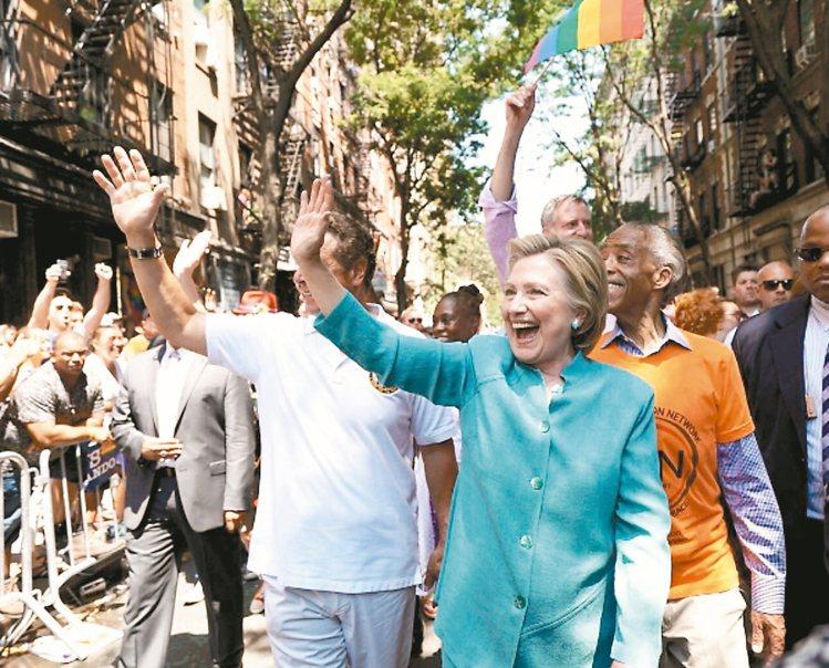 希拉蕊在公眾場合偏好穿著顏色鮮豔的套裝。 圖/摘自HillaryClintonF...
