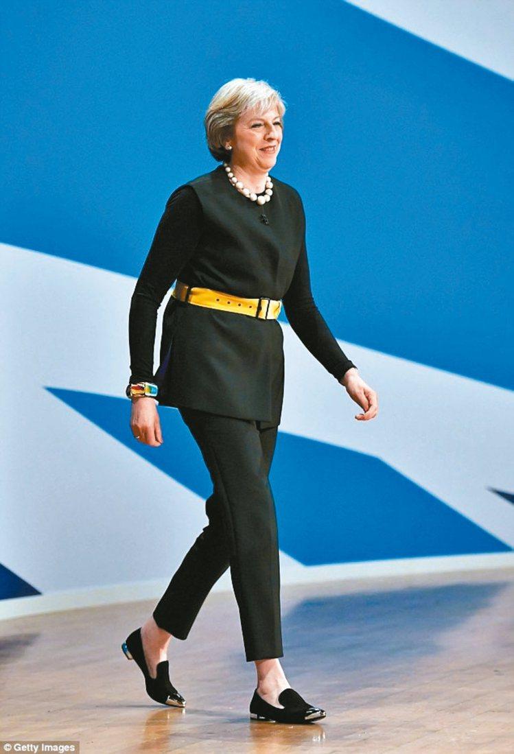 泰瑞莎梅伊出席黨大會時,穿著Russell & Bromley的休閒便鞋...