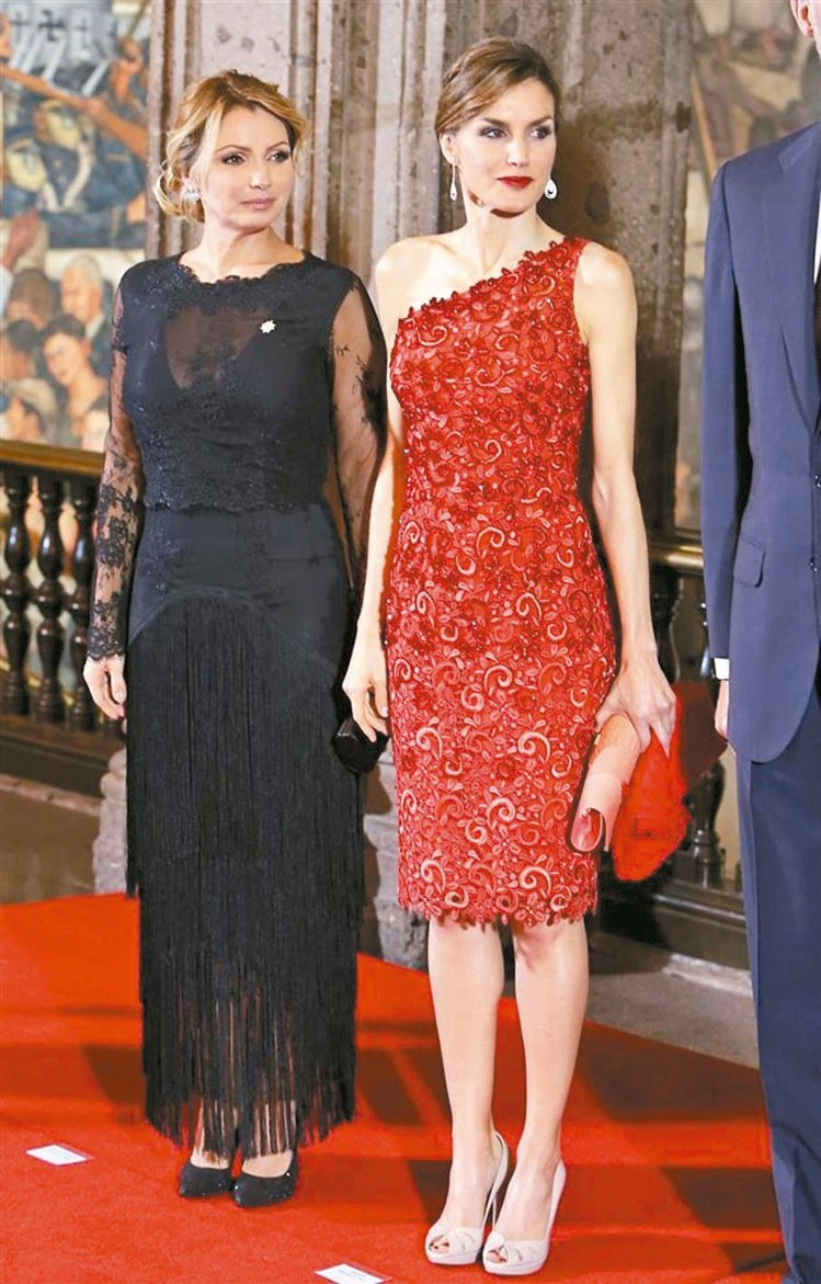 蕾蒂希亞王后熱愛西班牙本土設計師Felipe Varela設計的服裝。 圖/摘自...