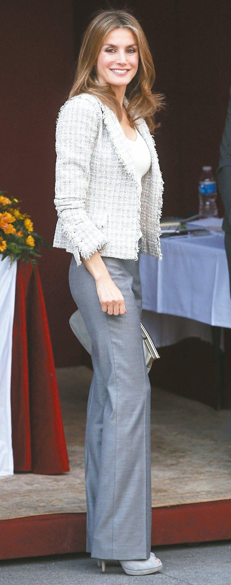 一般王妃比較不常穿的襯衫或褲裝,也是蕾蒂希亞王后的最愛。 路透