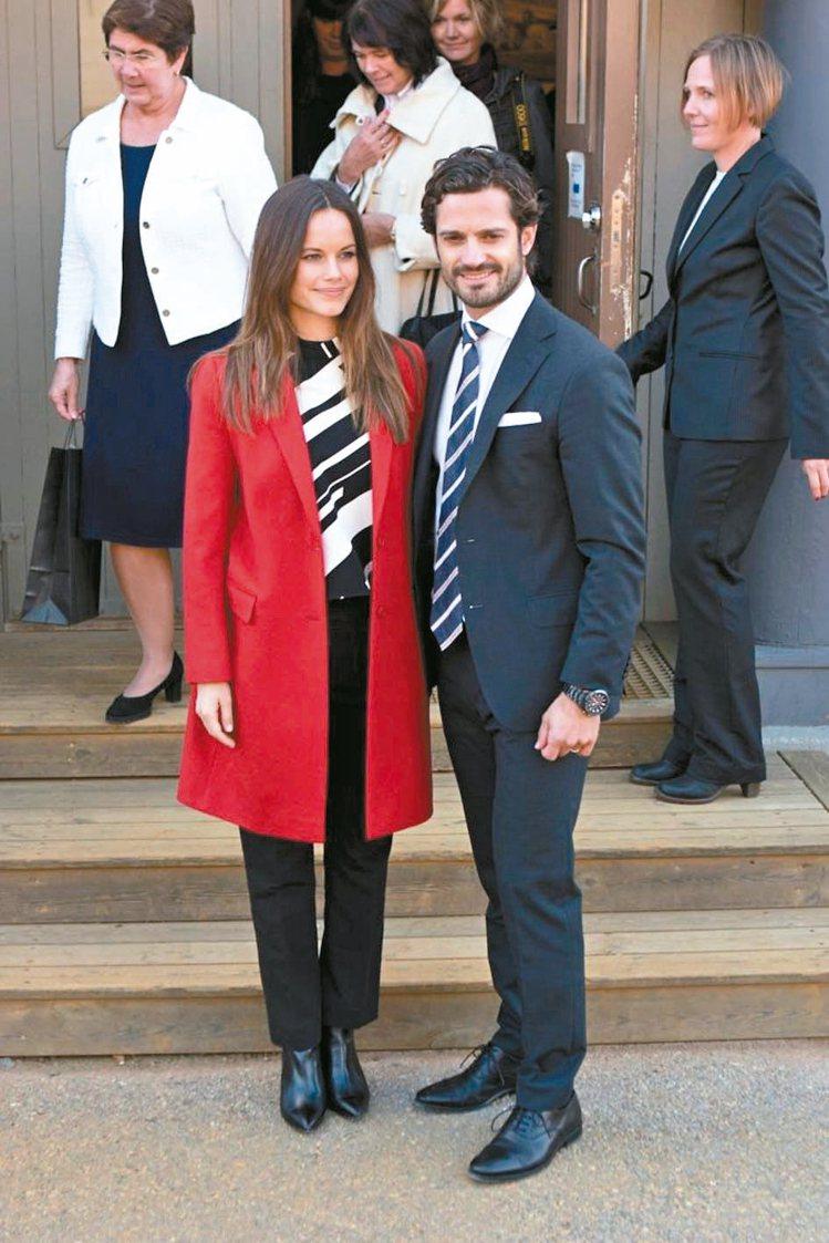 卡爾菲利普王子如果戴了條紋領帶,蘇菲亞王妃就選擇條紋上衣。 圖/摘自popsug...