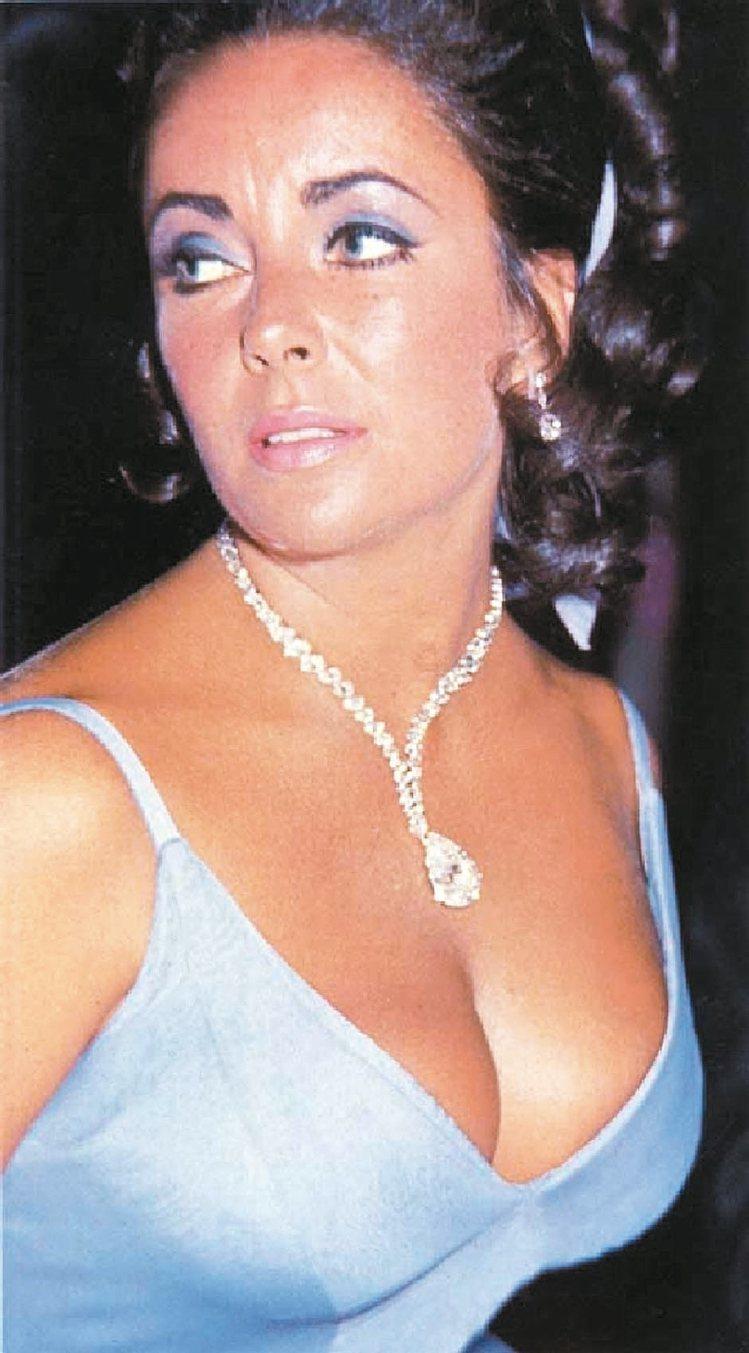 伊莉莎白泰勒配戴卡地亞—波頓—泰勒鑽石項鍊。 圖/卡地亞提供