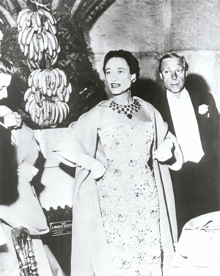 溫莎公爵伉儷1953年6月出席凡爾賽宮的晚宴,溫莎公爵夫人(左)配戴訂製的卡地亞...