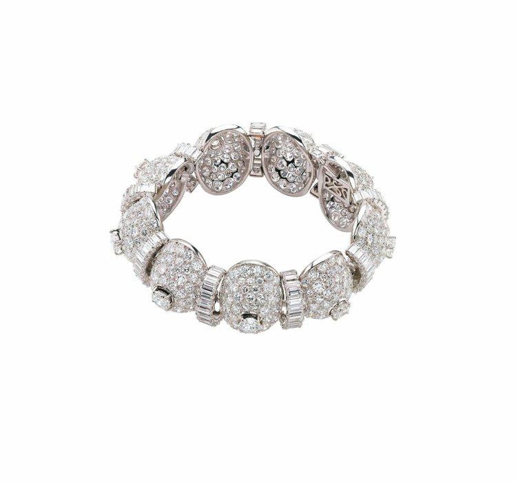 伊莉莎白泰勒曾配戴寶格麗設計的鉑金鑽石手鐲拍攝電影「富貴浮雲」。 圖/寶格麗提供