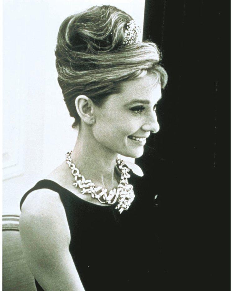奧黛莉赫本在「第凡內早餐」宣傳照配戴黃鑽項鍊。 圖/Tiffany提供