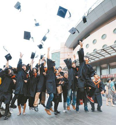 大學生跳高拋帽慶祝畢業,但大環境不好,學用落差等因素,不少人選擇出國留學深造。 ...