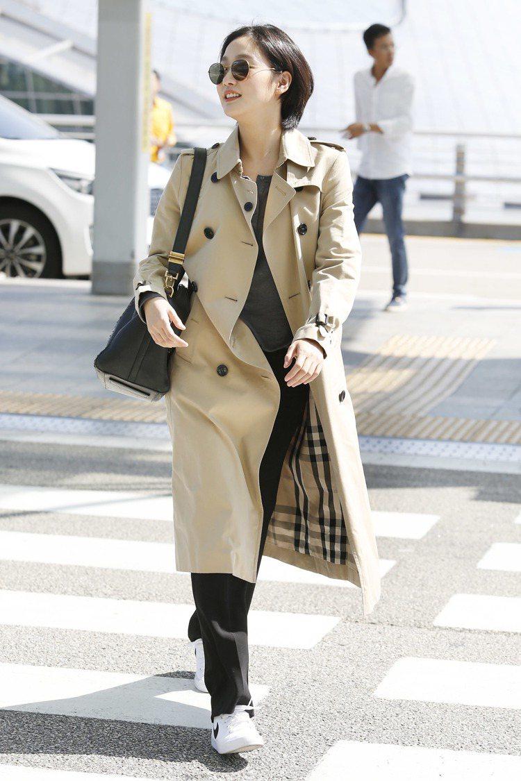 金高恩穿著Heritage長版風衣在仁川機場被捕獲。圖/BURBERRY提供