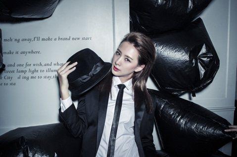 安心亞將於31日推出相隔2年的第4張個人專輯「人生要漂亮」,既然要漂亮,就要美到底,新專輯攝專輯封面視覺一口氣推出「倒掛美人腿」和「西裝中性美」兩款。首度的中性造型,頭戴紳士帽、穿西裝打領帶,呈現少...