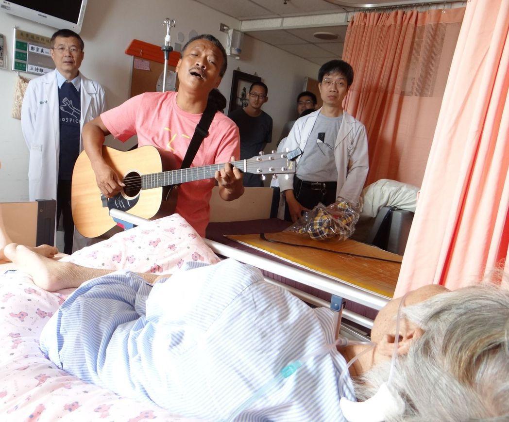 奇美安寧病房成立8年 金曲歌手為病患演唱