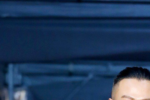 吳怡霈(右)與林俊逸(左)出席第51屆金鐘獎頒獎典禮,一起走星光大道紅毯。吳怡霈、林俊逸與陶晶瑩一同入圍金鐘獎第51屆綜藝節目主持人獎,不過今晚現身星光紅毯的僅吳怡霈與林俊逸2人,陶晶瑩先前即表示,...