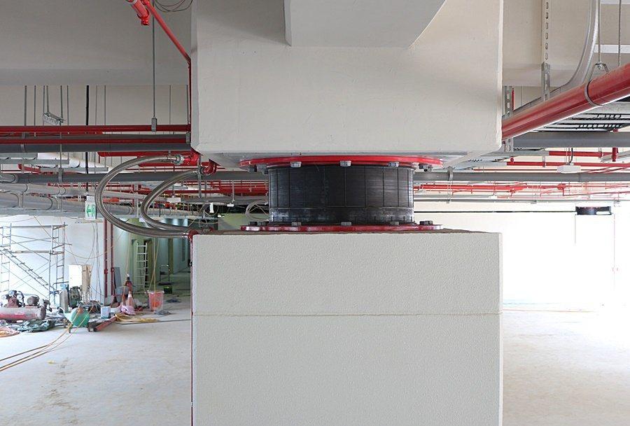 新大樓特別採用普利司通集團研發的「橡膠隔震支承」,運用最新研發高阻尼橡膠材質,導入最新防震技術,提升建築結構的穩固性及耐震力。 台灣普利司通提供