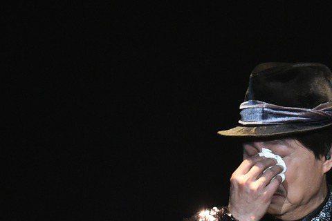 第51屆電視金鐘獎今天舉行頒獎典禮,戲劇節目男配角獎由「長不大的爸爸」的賀一航獲得。今天晚上賀一航在高雄巨蛋參加余天演唱會活動,與黃西田、康康等人演出經典歌廳秀橋段,得知獲獎後他發表感言,「感謝家人...
