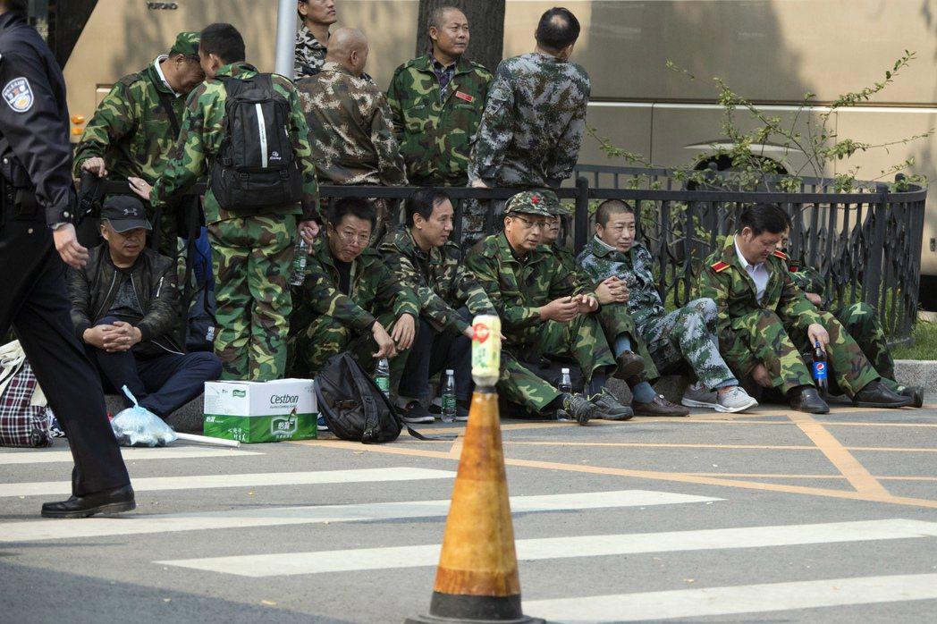 中國退伍軍人聚集在國防部所處的北京八一大樓外。 圖/美聯社